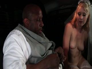 Мужик трахает девушку-негритянку на своей свадьбе и кончает