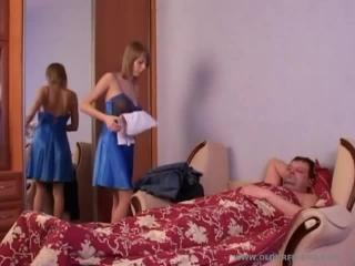 Смотреть порно видео инцест со спящим отцом и дочкой дома на кровати