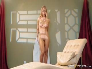 Художница-модель занимается сексом с парнем на диване  смотреть