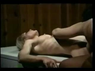 Молодая блондинка лижет пизду зрелому