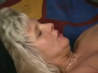 Сексуальная мамка сосет у молодого парня член на кровати в спальне дома